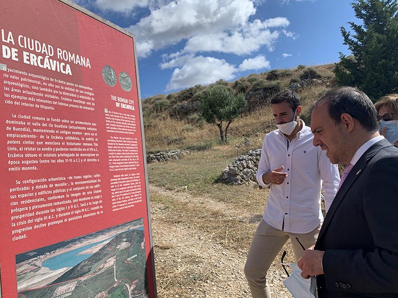 El presidente de las Cortes lee un panel a la entrada del yacimiento arqueológico de Ercávica en Cuenca.