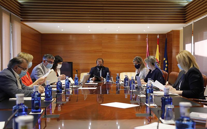 Reunión de la Junta de Portavoces de las Cortes de Castilla-La Mancha, con los tres grupos parlamentarios y el gobierno, para fijar orden del día del próximo pleno.